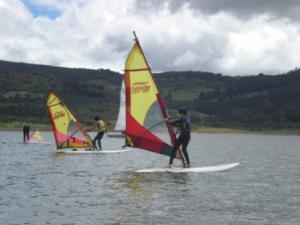 Estudiantes-windsurfing-Represa-Tomine